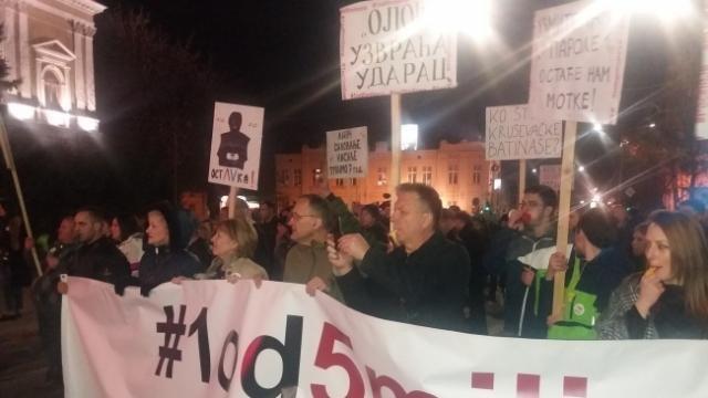 Na protestu u Kruševcu poziv za okupljanje 13. aprila u Beogradu, zbog gramzivosti i pohlepe funkcionera iz vlasti koji kupuju fabrike, televizije, fudbalske klubove, planinske vrhove, itd!